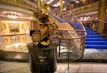 Лайнер Disney Fantasy, атриум